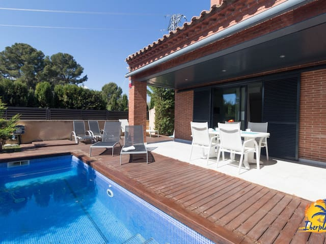 Elegant villa for 10 people with private pool located in Cambrils.