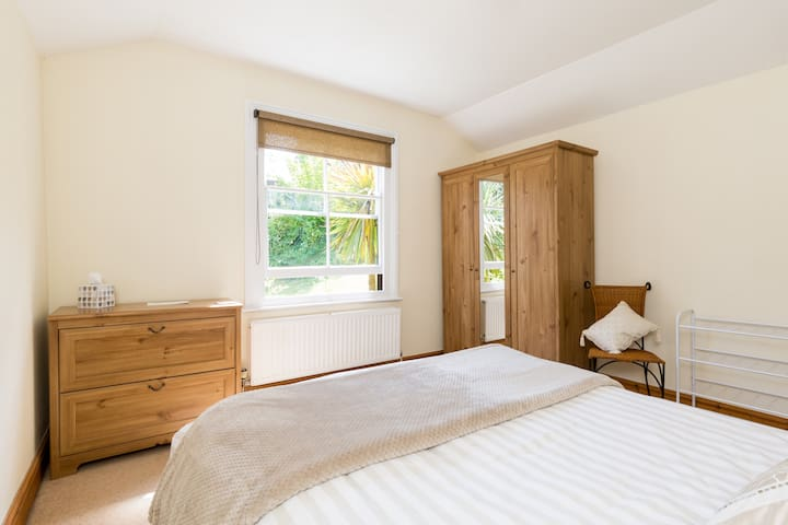 Self-contained rooms in heart of Great Malvern.