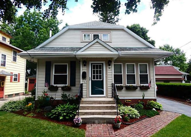 Cute house 15 minutes from Brown U. - Cranston - Huis