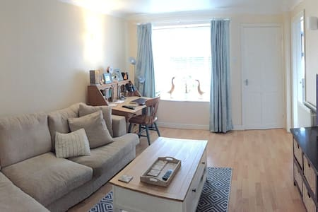 Private occasion double bedroom in friendly home. - Aylesbury - Casa