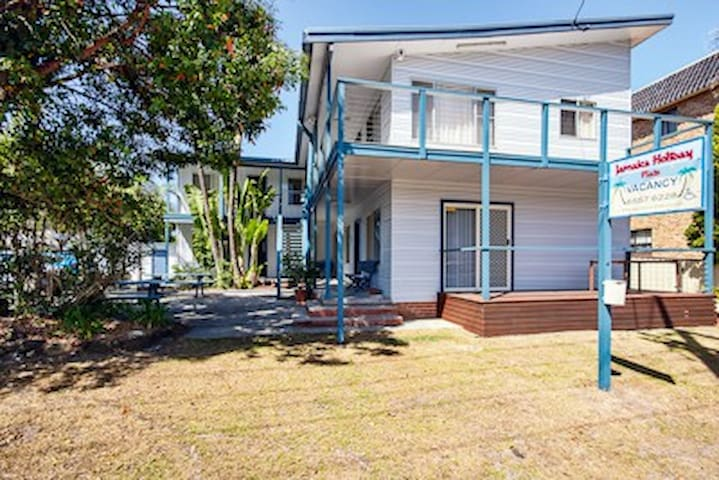 Nice retro unit 100 metres from Little St Baths. - Forster - Apartament