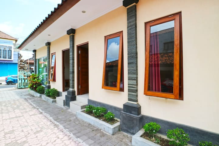 Cozy & Good City Mawar hotel with AC in Denpasar