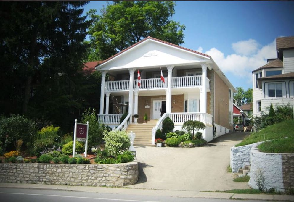 Niagara classic villa up to 16per free breakfast for Classic home villa home collection