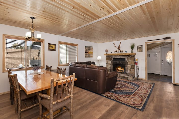Mary's Lake Cabin: Walk to the Lake and Boulder Bay Park! Game Room!
