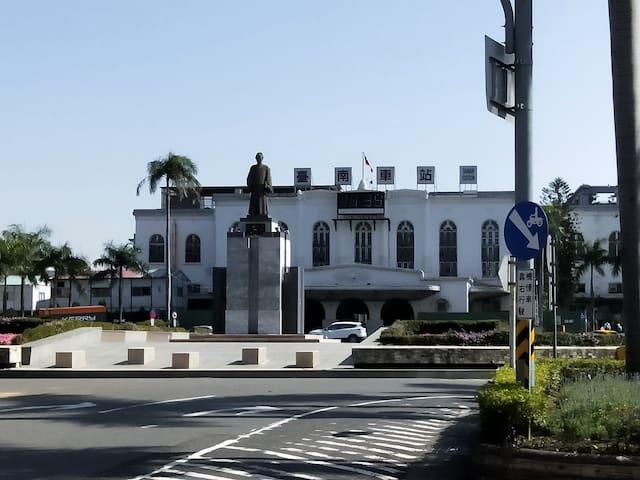 台南火車站,出前站,便利屋,獨立門戶雙床套房,可以住1-4人,樓下7-11,公車站, 屈臣氏,康是美