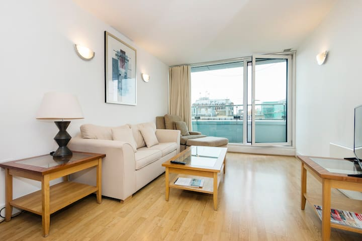 Central London Bridge Apartment with Balcony