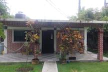 Pequena casa acojedora de campo