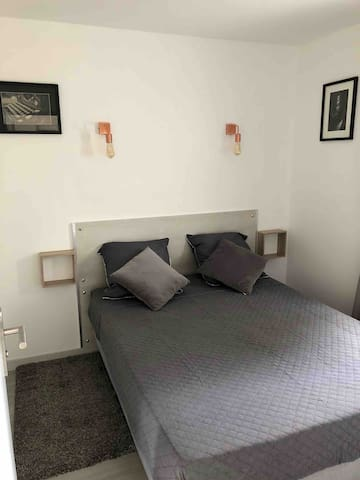 Chambre principale avec penderie et dressing.  2 couchages adultes (140x190).