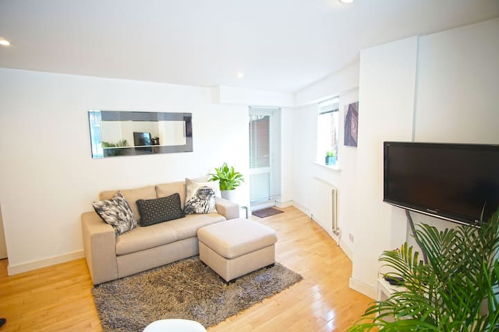 Sleek 2BD Flat w/PARKING 10 mins to Tower Bridge