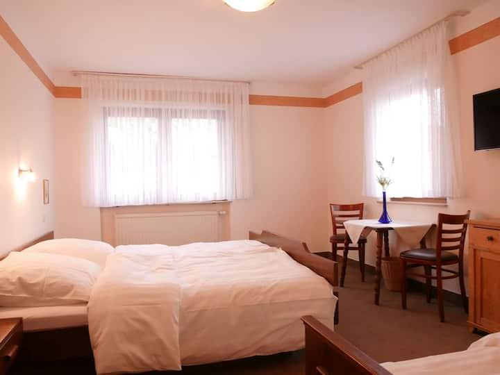 Gasthaus Engel, (Bühlertal), Dreibettzimmer mit Dusche und WC