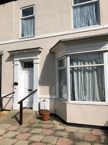Huge short stay ex nursing home, ideal for workers