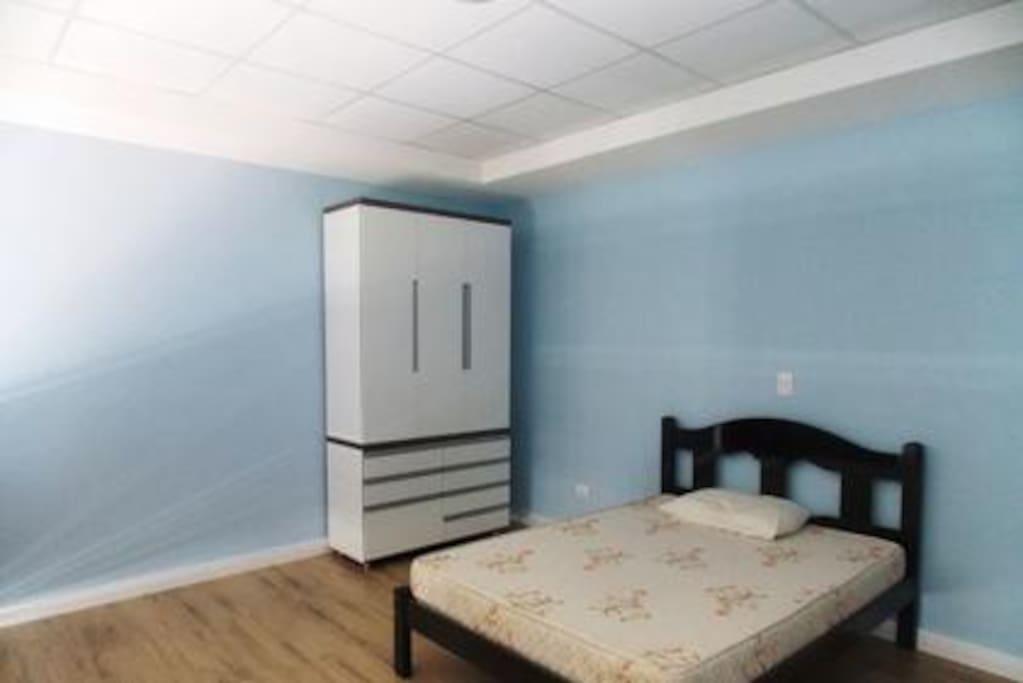 quarto com cama de casl