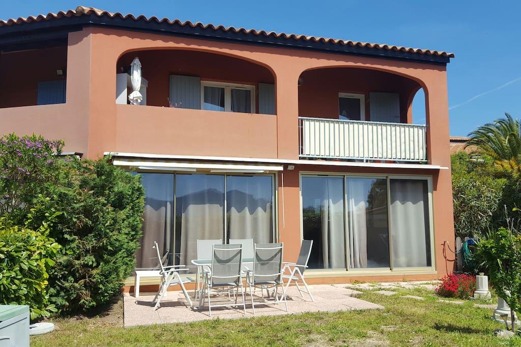 L'appartement dispose d'une terrasse ensoleillée accessible depuis une loggia fermée par deux grandes baies vitrées