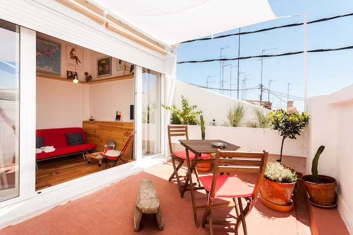 SUNNY (MINI) ATTIC WITH TERRACE IN RUZAFA'S HEART - València - Leilighet