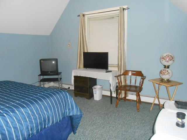 Bedroom Queen, flat screen TV/Netfix