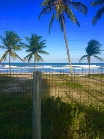 Apt. em Frente à Praia. Condomínio Fechado. 2/4.