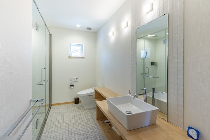 Ensuite bathroom, attached to the master bedroom