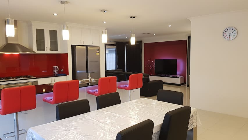 Rainbow JOY House PERTH, a HOME away from home! - Canning Vale - House