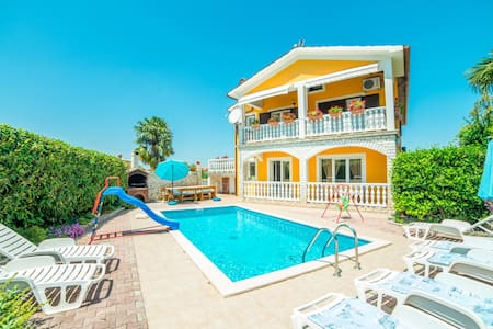HOLIDAY APARTMENT WITH SHARED POOL AND GARDEN 1 - Nedešćina