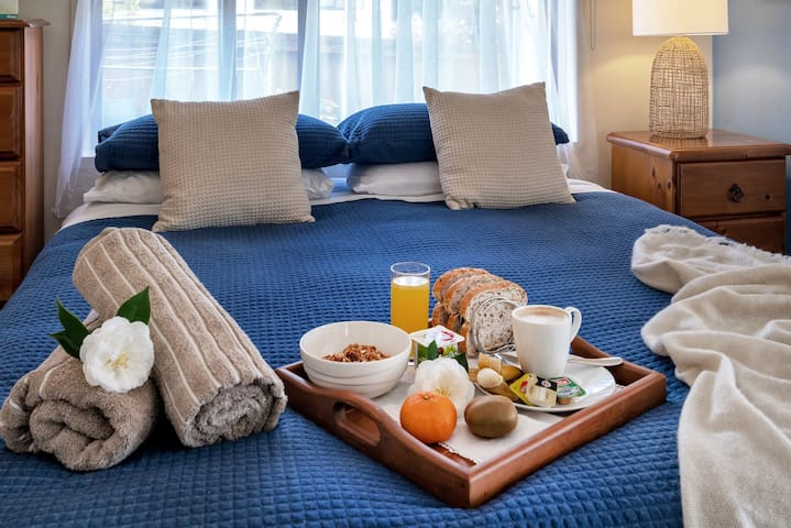 Complimentary continental breakfast with toast ,cereal, yogurt, fruit, juice and condiments.  Tea and coffee - all provided in your kitchenette