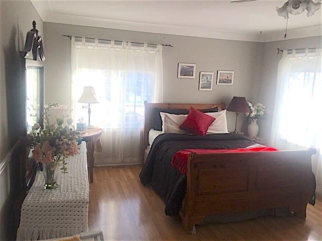 Port Dalhousie Sunny Room