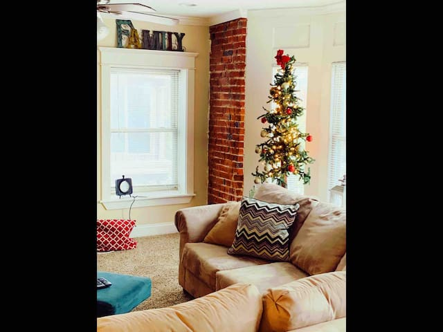 Holiday Ready! Central to all things KC-sleeps 10