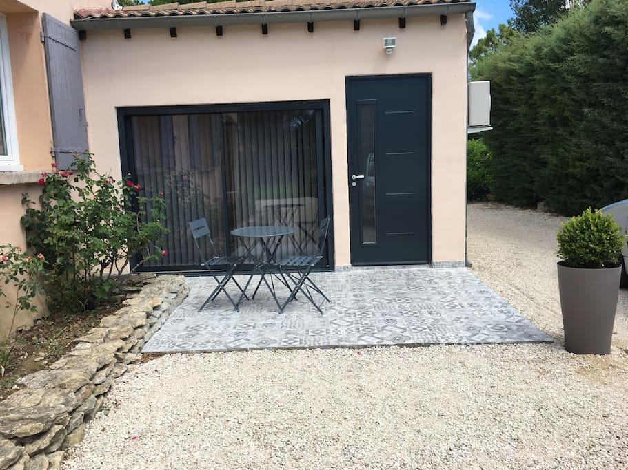 Studio indépendant tout neuf avec terrasse au soleil