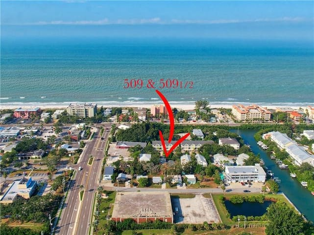 3 minute walk to the beach and all the best restaurants of Indian Rocks Beach