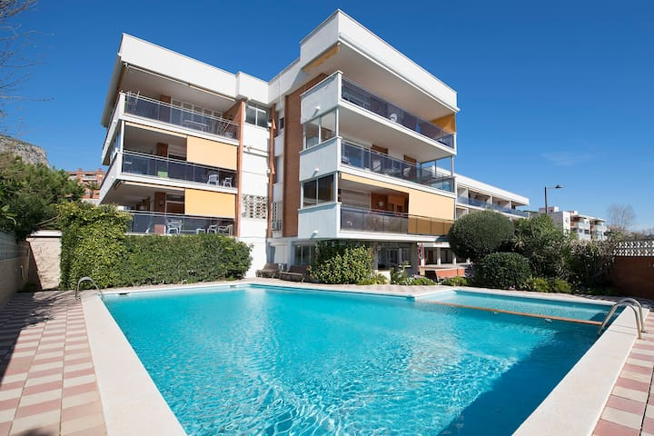 Sunny beach apartment in Castelldefels