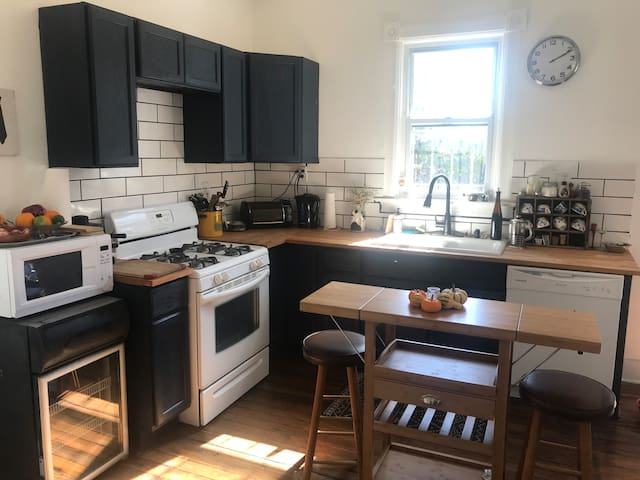 Full Bed / Private Room, House On Horton St.