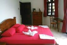 Doppel Bett, Aircon, Deckenventilator und kleine Terrasse