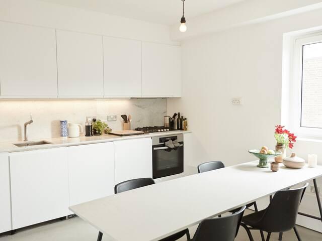 Minimal Dalston Flat w/ Bright Double Room
