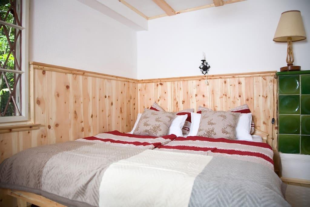 Zirbenholzschlafzimmer mit Kachelofen