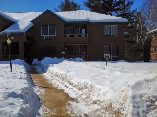 Beautiful Condo, Sleeps 8. 5 min from Loon Mtn.