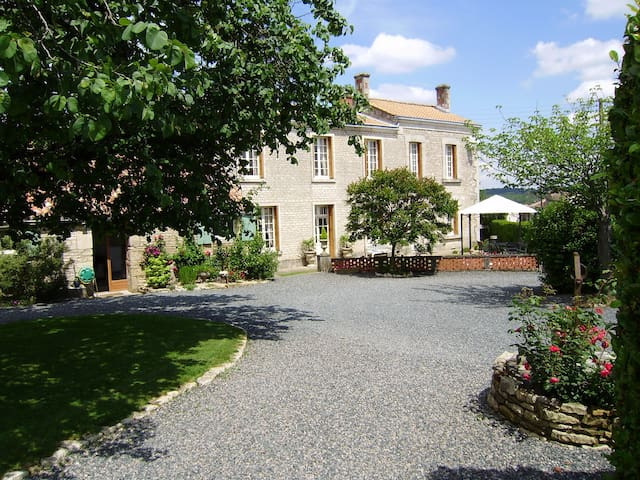 Magnificent house and grounds for up to 10 guests. - Fontenay-le-Comte