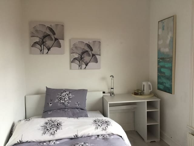 Small double bedroom, London, Great travel links!