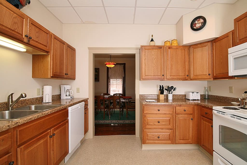 Fully equipped kitchen, with range and refrigerator