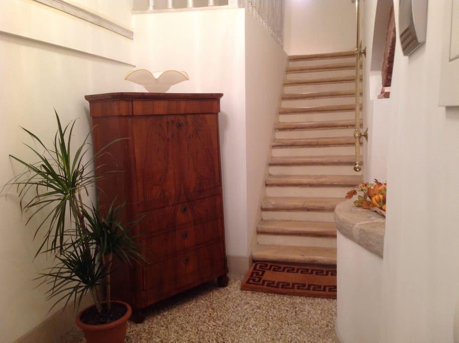 Entrata e prima rampa di scale