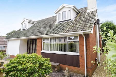 Seagulls - seaside home with hot tub, sleeps 10-12 - Porthcawl - 一軒家