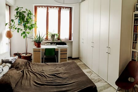 Comfortable bedroom with adjacent bathroom. - Wohnung