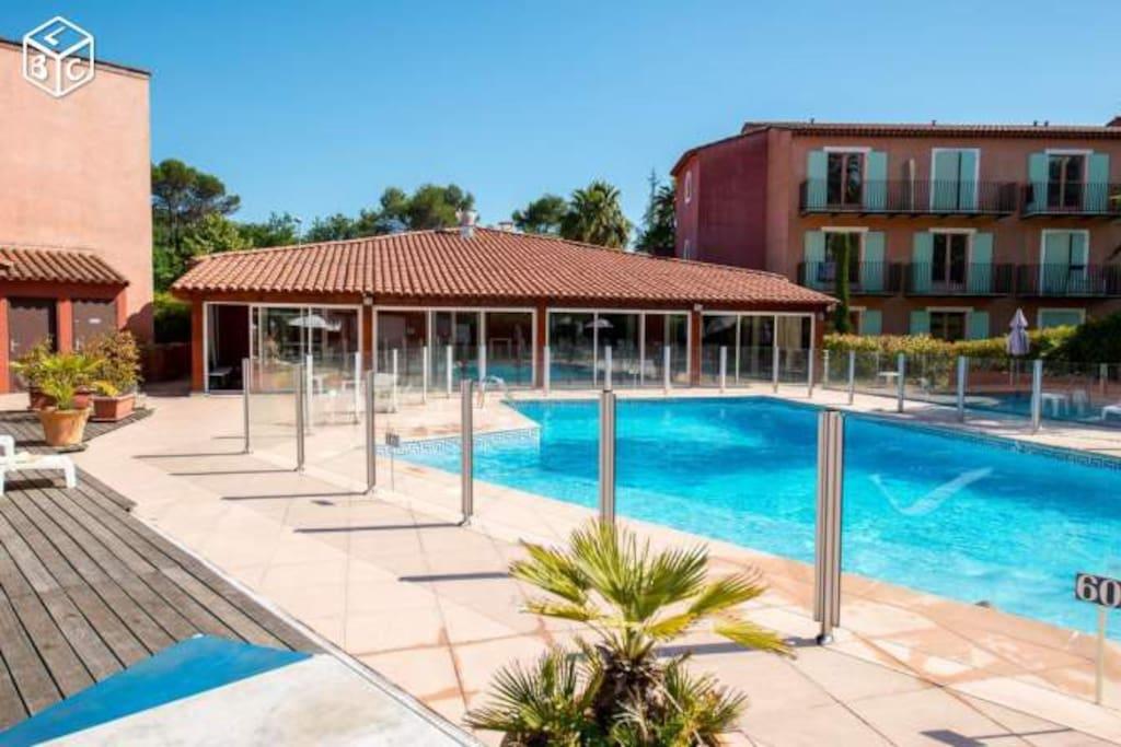 La piscine de la résidence avec son restaurant