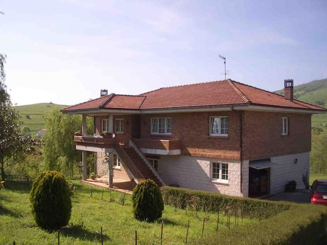 Great for big families. 35 Kms away from the ferry - Villafufre - Huis