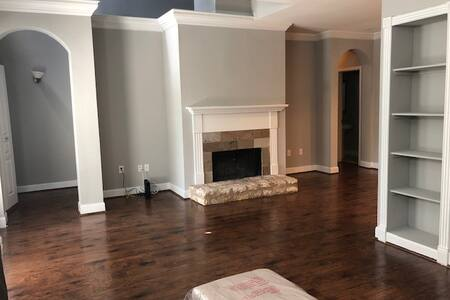 Sublease: Spacious Uptown Dallas Townhome w/garage