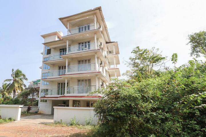 Enjoy Sunsets at this 1BR Dwelling in Dona Paula