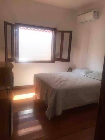 Quarto 3 com cama casal (140), ar condicionado, berço e um armário