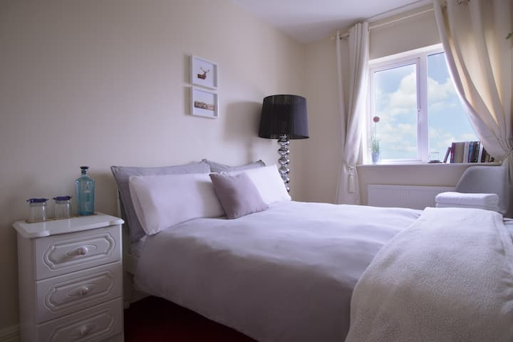Strandhill,Double Room,Beach Waves & Mountain View