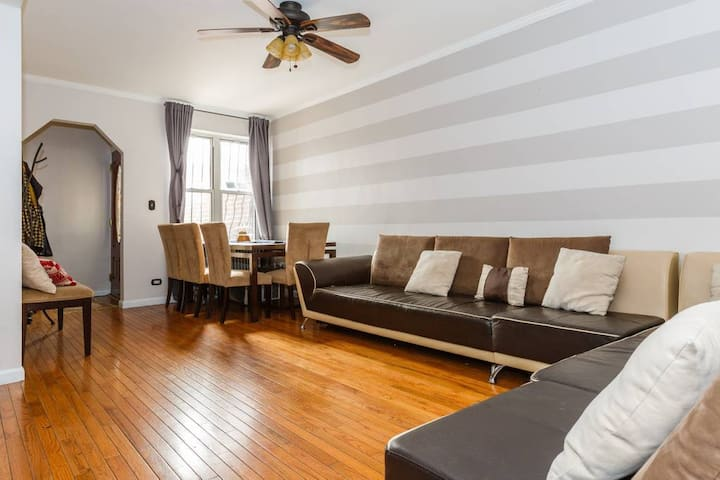 ★ Large 2BR APT in Astoria near Midtown + LGA ★