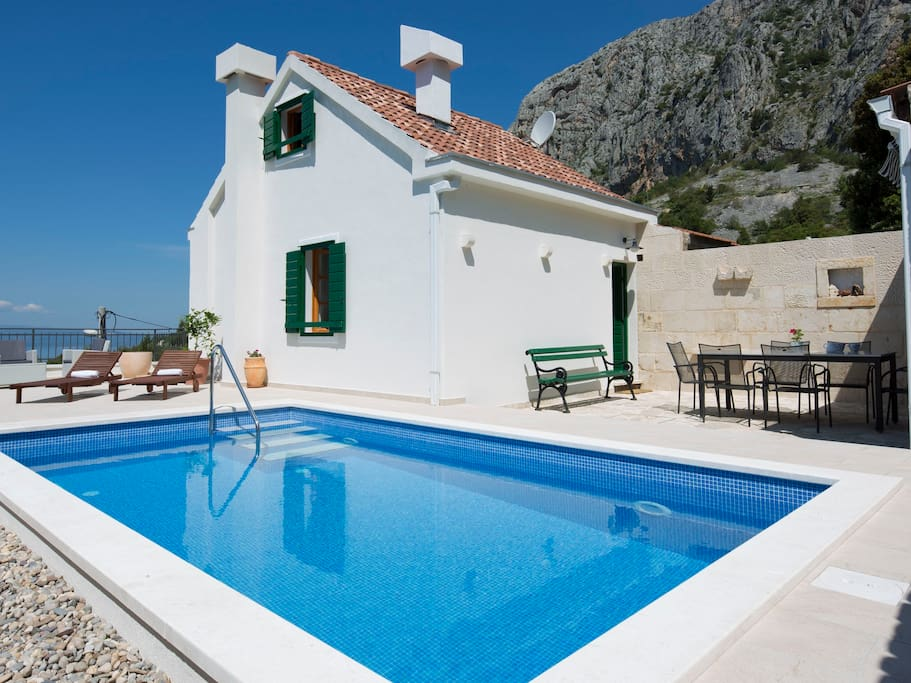Holiday home with pool peacefull area above Makarska