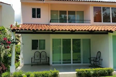 Preciosa casa en dos plantas en condominio privado, con ingreso controlado, rodeado de jardines, piscina, hidromasaje, cancha de tennis, casa club - Jocotepec