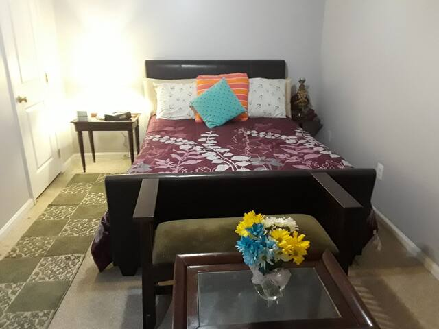 Private Room with  Bath near VRE/NGA/ Belvoir